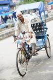 La pousse-pousse automatique indienne poussent une exclamation désapprobatrice-tuk l'homme de gestionnaire Image libre de droits