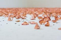 La poussière blanche de morceaux de crayon de copeaux de plan rapproché de fond rouge de texture Images libres de droits