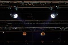 La poussière dans les faisceaux de deux projecteurs Image stock