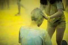 La poussière de couleur dans les cheveux d'un coureur en couleurs courent l'événement photos stock