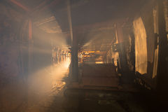 La poussière et fumée dans la mine de charbon Photo stock