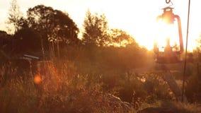La poussière souffle autour d'une lanterne balançant dans le vent tandis que le soleil place clips vidéos
