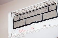 La poussière sur le filtre sale de climatiseur Photos libres de droits