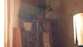 La poussière sur le fond des rayons légers Mouvement lent Plan rapproché banque de vidéos