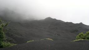 La poussière volcanique sur le dessus du volcan éclaté Image stock