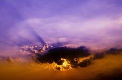 La poutre de soufflage des nuages dans le ciel d'or au coucher du soleil images stock
