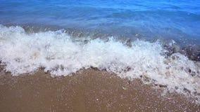 La POV ondule le roulement dedans à la plage Mouvement lent de petites vagues atteignant le bord de la mer banque de vidéos