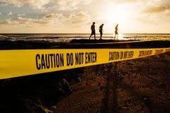 La précaution n'entrent pas dans la bannière sur une plage Photographie stock