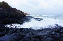 La précipitation de vague au disque de roche chez Tuy Hoa, Vietnam Photo stock
