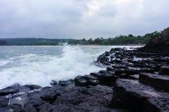 La précipitation de vague au disque de roche chez Tuy Hoa, Vietnam Images libres de droits