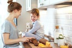 La préparation de la mère de petit déjeuner de famille et de la fille d'enfant a coupé b images libres de droits
