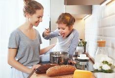 La préparation de la mère de petit déjeuner de famille et la fille d'enfant font cuire Photos libres de droits