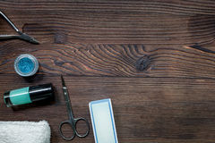 La préparation de manucure a placé avec des bouteilles de vernis à ongles sur l'espace en bois de vue supérieure de fond pour le  Photo stock