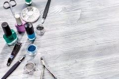 La préparation de manucure a placé avec des bouteilles de vernis à ongles sur l'espace gris de fond pour le texte Photographie stock libre de droits