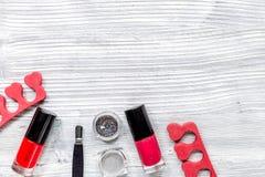La préparation de manucure a placé avec des bouteilles de vernis à ongles sur l'espace gris de vue supérieure de fond pour le tex photos stock