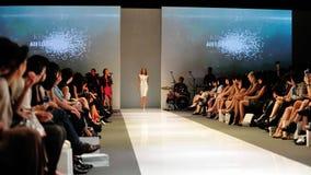 La présentation modèle conçoit de Swarovski avec le royaume de thème des bijoux chez Audi Fashion Festival 2012 Photos stock