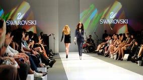 La présentation modèle conçoit de Swarovski avec le royaume de thème des bijoux chez Audi Fashion Festival 2012 Images libres de droits