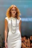 La présentation modèle conçoit de Swarovski avec le royaume de thème des bijoux chez Audi Fashion Festival 2012 Photographie stock libre de droits