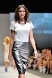 La présentation modèle conçoit de Swarovski avec le royaume de thème des bijoux chez Audi Fashion Festival 2012 Images stock