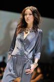 La présentation modèle conçoit de Swarovski avec le royaume de thème des bijoux chez Audi Fashion Festival 2012 Image stock