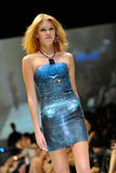 La présentation modèle conçoit de Swarovski avec le royaume de thème des bijoux chez Audi Fashion Festival 2012 Photographie stock