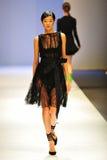 La présentation modèle conçoit par Antonio Berardi chez Audi Fashion Festival 2011 Photo stock