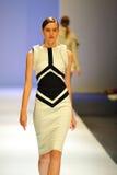 La présentation modèle conçoit par Antonio Berardi chez Audi Fashion Festival 2011 Images libres de droits