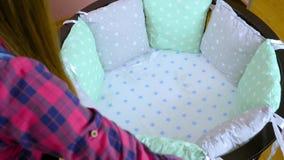 La pr?paration pour un enfant nouveau-n? est pr?par?e pour la r?union Les meubles en bois des enfants se pliants, berceaux, huche banque de vidéos