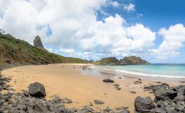 La Praia fa la spiaggia di Meio con Morro fa Pico su fondo - Fernando de Noronha, Pernambuco, Brasile fotografie stock libere da diritti