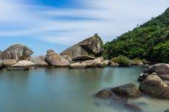 La Praia lunga di Pedra da della spiaggia dell'esposizione fa Meio Trindade, Paraty Rio fotografia stock