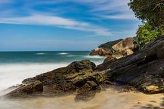 La Praia lunga di Pedra da della spiaggia dell'esposizione fa Meio Trindade, Paraty Rio fotografia stock libera da diritti