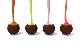 La pralina del cioccolato al latte ha messo in una fila con materiale da otturazione crema colourful Immagine Stock