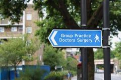 La pratique en matière de groupe soigne Surgery Sign photographie stock libre de droits