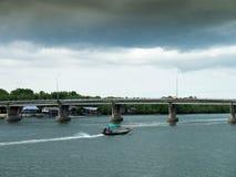 La precipitación de la gente para conducir el barco va a casa Foto de archivo libre de regalías