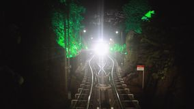 La precipitación moderna del tren del metro del conductor-menos adelante, a lo largo de la noche Malasia, ferrocarril de Overgrou almacen de video