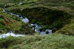 La precipitación riega fluir abajo de las montañas en Escocia Imágenes de archivo libres de regalías