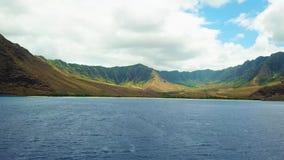 La preda di Makua per gli insiemi tira sull'isola di Oahu nell'oceano del fuco delle Hawai video d archivio