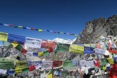 la preghiera buddista inbandiera i colori pieni Fotografie Stock