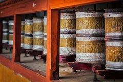 La preghiera buddista spinge dentro il monstery di Hemis, Ladakh fotografia stock