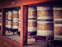 La preghiera buddista spinge dentro il monstery di Hemis Ladakh, India fotografia stock