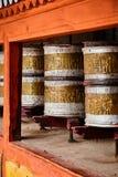 La preghiera buddista spinge dentro il monstery di Hemis Ladakh, India immagine stock libera da diritti