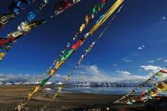 La preghiera diminuisce vicino al lago celestiale Namtso Fotografia Stock