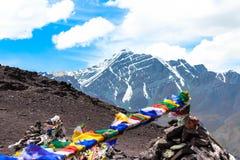 La preghiera inbandiera l'ondeggiamento nel vento sopra una montagna immagini stock libere da diritti