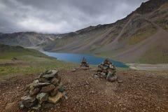 La preghiera lapida vicino al lago chandrataal in valle di Spiti Immagini Stock Libere da Diritti