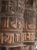 La preghiera spinge dentro il tempiale buddista Fotografia Stock Libera da Diritti