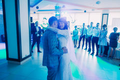 La première danse des nouveaux mariés dans l'éclairage bleu Photographie stock