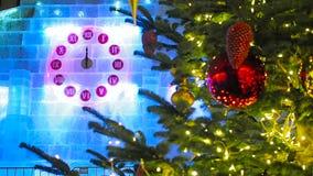 La première minute de la nouvelle année sur l'horloge de Noël et l'arbre de sapin à Moscou banque de vidéos