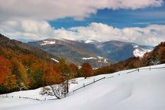 La première neige en montagnes Photo libre de droits