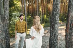 La première rencontre des jeunes mariés La jeune mariée va chez le marié Cérémonie de mariage d'automne dehors dessin-modèle Photos libres de droits