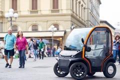 La première voiture électrique à louer à Florence image stock